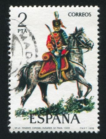 luitenant: SPANJE - CIRCA 1977: stempel gedrukt door Spanje, toont ruiter, luitenant-kolonel, Hussar, circa 1977. Redactioneel