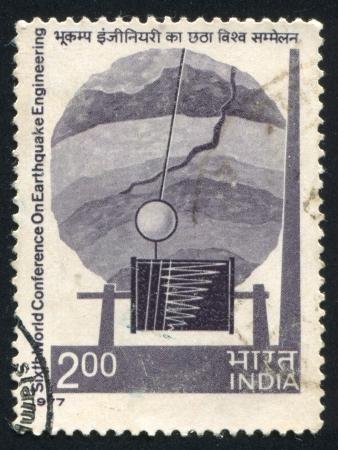 sismogr�fo: INDIA - CIRCA 1977: sello impreso por la India, muestra la corteza de la Tierra con fallos, Sism�grafo, circa 1977