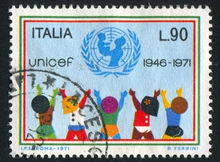 unicef: ITALIA-CIRCA 1971: timbro stampato da Italia, mostra UNICEF emblema e bambini, circa 1971 Editoriali