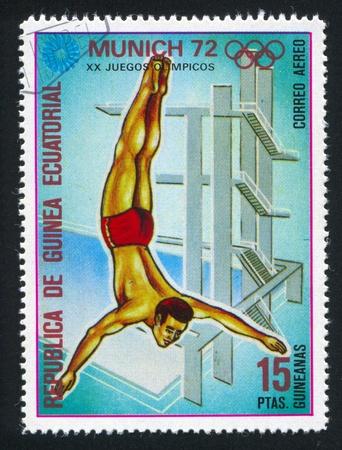 piscina olimpica: GUINEA ECUATORIAL - CIRCA 1972: sello impreso por Guinea Ecuatorial, muestra alrededor de Buceo, 1972