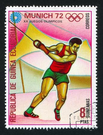lancer marteau: GUIN�E �QUATORIALE - CIRCA 1972: timbre imprim� par la Guin�e �quatoriale, montre Lancer du marteau, vers 1972 Editeur