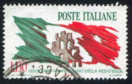 bandiera italiana: ITALIA - CIRCA 1965: timbro stampato da Italia, mostra Rovine della citt� e strappata bandiera italiana, circa 1965 Editoriali