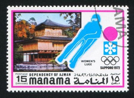 luge: MANAMA - CIRCA 1972: timbro stampato da Manama, mostra Pagoda e Donne Slittino, circa 1972