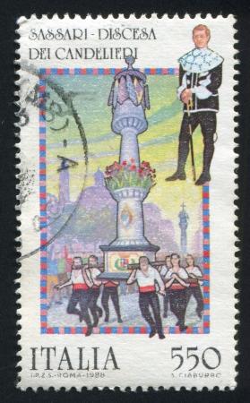 vestidos de epoca: ITALIA - CIRCA 1988: sello impreso por Italia, muestra Discesa Dei Candelieri, Sassari: Hombre traje llevaba per�odo, columna y vigas, alrededor de 1988