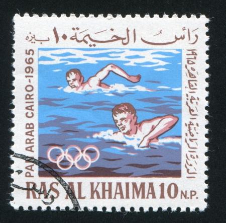 piscina olimpica: Ras Al Khaima - CIRCA 1965: sello impreso por Ras al Khaima, muestra natación, alrededor del año 1965 Editorial