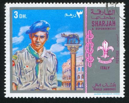 SHARJAH AND DEPENDENCIES - CIRCA 1972: stamp printed by Sharjah and Dependencies, shows a Boy Scout and Coliseum, circa 1972 報道画像