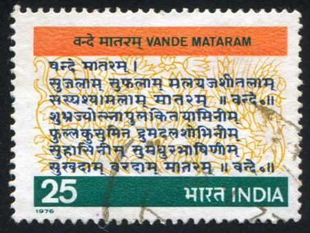 estrofa: INDIA - CIRCA 1976: sello impreso por la India, muestra Vande Mataram, la letra del himno nacional, alrededor del a�o 1976