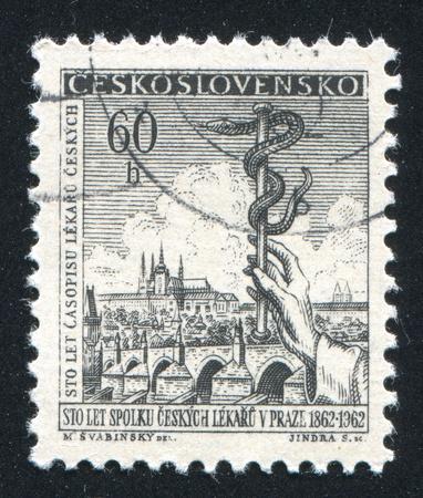 aesculapius: Cecoslovacchia - CIRCA 1962: timbro stampato dalla Cecoslovacchia, mostra Veduta di Praga e del personale di Esculapio, circa 1962 Editoriali