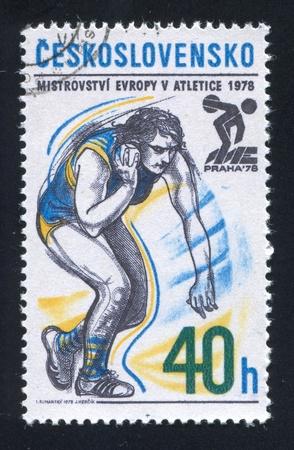 lancio del peso: Cecoslovacchia - CIRCA 1978: timbro stampato dalla Cecoslovacchia, mostra lancio del peso e Praha Emblem, circa 1978 Editoriali