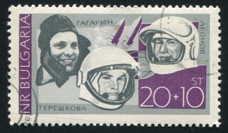 tereshkova: BULGARIA - CIRCA 1966: timbro stampato dalla Bulgaria, mostra di Yuri Gagarin, Alexei Leonov e Valentina Tereshkova, circa 1966