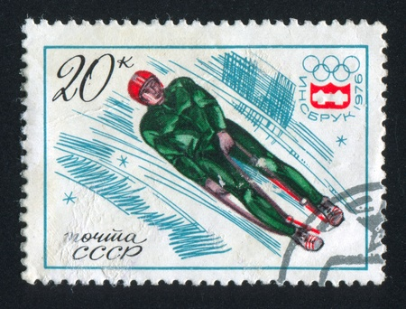 luge: RUSSIA - CIRCA 1976: timbro stampato dalla Russia, mostra Slittino, giochi emblema, intorno al 1976