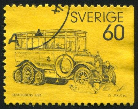 motor de carro: SUECIA - CIRCA 1973: sello impreso por Suecia, muestra coche de correo, alrededor del año 1973 Editorial