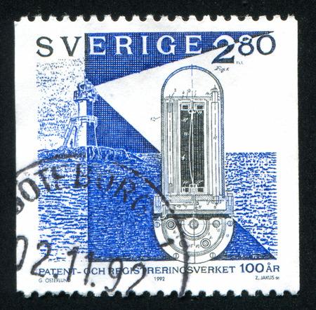 sun s: SVEZIA - CIRCA 1992: timbro stampato dalla Svezia, mostra First faro automatico, valvola sole di Gustaf Dalen, circa 1992 Editoriali