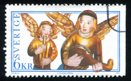 retablo: SUECIA - CIRCA 1997: sello impreso por Suecia, muestra �ngeles del retablo, Iglesia Litslena Jugar cuerno, mandolina, alrededor del a�o 1997