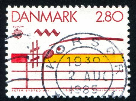 pentagrama musical: DINAMARCA - CIRCA 1985: sello impreso por Dinamarca, muestra personal Musical, alrededor de 1985