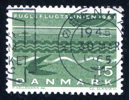 vogelspuren: D�NEMARK - CIRCA 1963: Stempel von D�nemark gedruckt zeigt Eisenbahn Rad, Reifen-Bahnen, Wellen und Schlucken, circa 1963