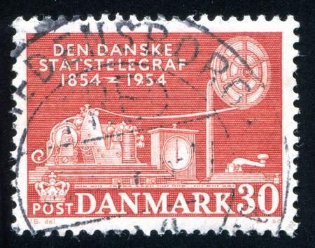 telegrama: DINAMARCA - CIRCA 1954: sello impreso por Dinamarca, muestra tel�grafo, alrededor del a�o 1954