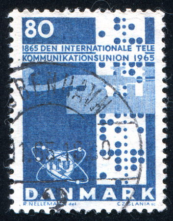 telegrama: DINAMARCA - CIRCA 1965: sello impreso por Dinamarca, muestra de papel de teletipo UIT emblema Clave de tel�grafo, alrededor del a�o 1965