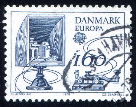 telegrama: DINAMARCA - CIRCA 1979: sello impreso por Dinamarca, muestra clave Morse y el amplificador, alrededor de 1979 Editorial