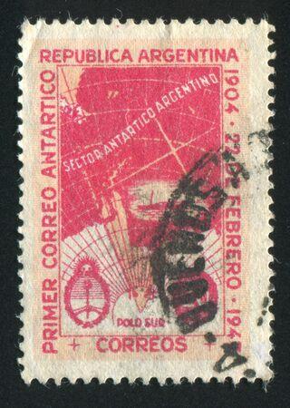 reclamos: ARGENTINA - CIRCA 1945: sello impreso por Argentina, muestra Mapa de la Ant�rtida Reclamaciones argentina, alrededor de 1945
