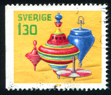 perinola: SUECIA - CIRCA 1978: sello impreso por Suecia, muestra perinola juguete antiguo, alrededor de 1978 Editorial