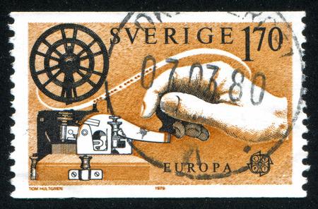 telegrama: SUECIA - CIRCA 1979: sello impreso por Suecia, muestra la mano en el telégrafo, alrededor del año 1979