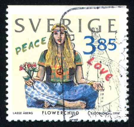 mujer hippie: SUECIA - CIRCA 1996: sello impreso por Suecia, muestra mujer hippie, alrededor de 1996 Editorial