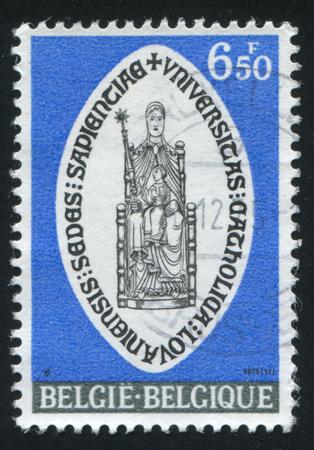 sotana: Rusia Kaliningrado 20 de octubre de 2015: sello impreso por Bélgica, muestra Sede de la sabiduría de San Pedro, Lovaina, alrededor de 1975