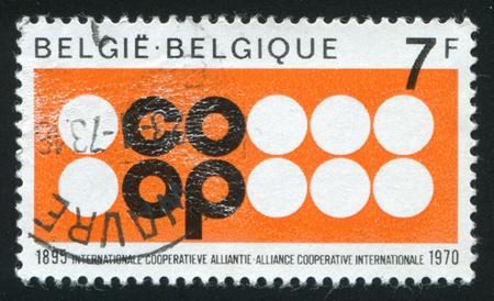 cooperativismo: Rusia Kaliningrado 20 de octubre de 2015: sello impreso por Bélgica, muestra Cooperativa Alianza del emblema, alrededor de 1970