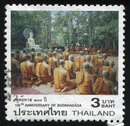 sotana: RUSSIA KALININGRAD, 3 JUNE 2016: stamp printed by Thailand, shows monks, praying near Buddhas statue, circa 2007 Editorial