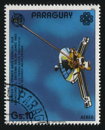 RUSSIE KALININGRAD, 22 AVRIL 2017: timbre imprimé par le Paraguay, montre le vaisseau spatial Pioneer 10, vers 1983 Banque d'images - 86775906