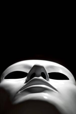 psique: Sugestiva simple m�scara blanca sobre fondo negro  Foto de archivo