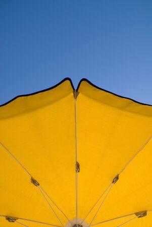ombrellone spiaggia: Ombrellone in un bel cielo blu. Archivio Fotografico