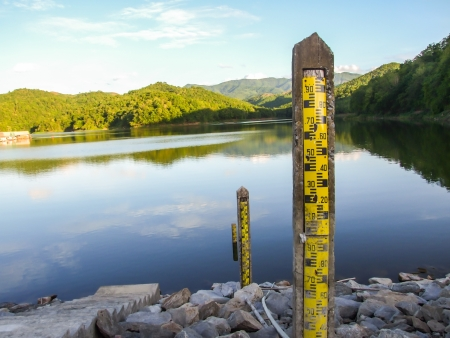 depth gauge: water level indicators at dam