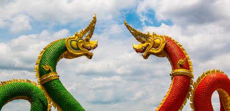 bouddhisme: Le dragon est une cr�ature l�gendaire bouddhisme wth ciel bleu. Banque d'images