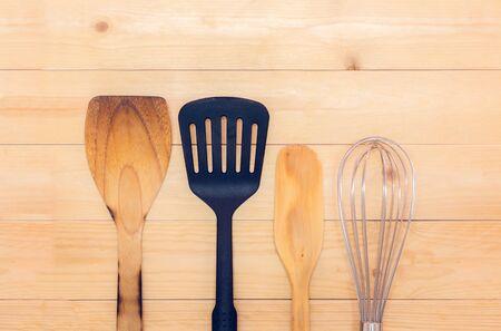 ustensiles de cuisine: Ustensiles de cuisine sur la table en bois avec fel était concept.