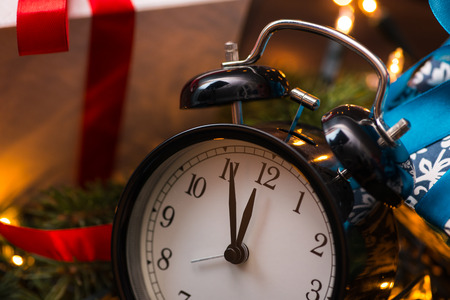 Mi árbol de navidad, regalos, luces y reloj