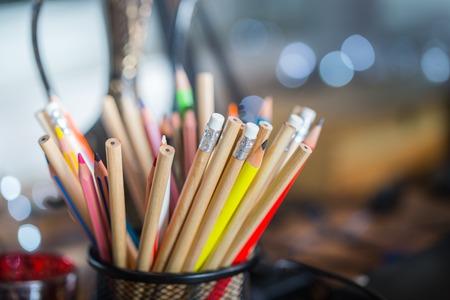 Color potloden op de tafel met achtergrond verlichting