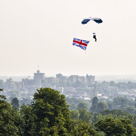 UK, Berkshire, Parachuting over Windsor castle