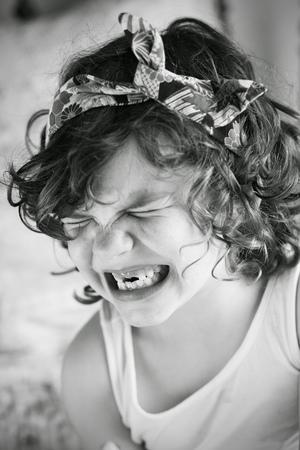 boca cerrada: Chica (6-7) tirando de la cara