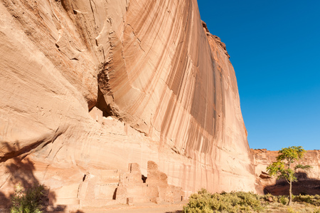USA, Arizona, Apache County, Canyon de Chelly, Anasazi houses by rock cliff