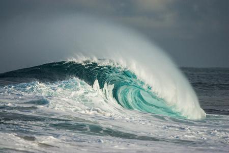 Wave breaking in ocean LANG_EVOIMAGES