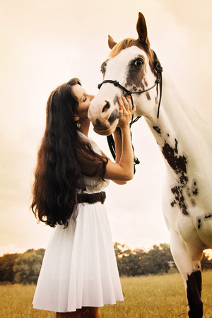 Woman kissing horse LANG_EVOIMAGES