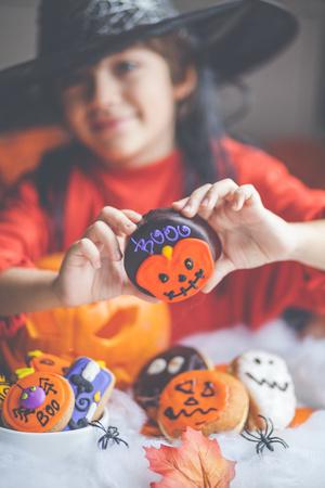 niños vistiendose: Niño, tenencia, un, torta de halloween LANG_EVOIMAGES