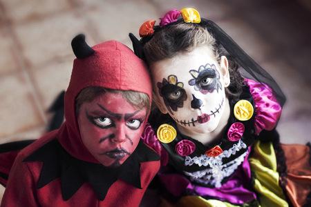 niños vistiendose: Niño y niña en disfraces de disfraces de Halloween LANG_EVOIMAGES