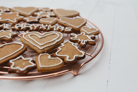 gingerbread cookies on a wire cooling rack LANG_EVOIMAGES