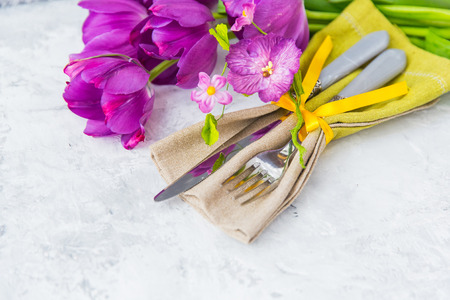 tied in: Place setting with flowers