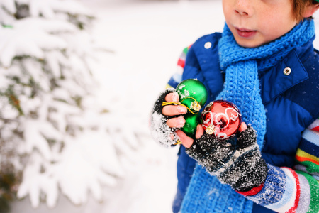 Boy holding Christmas decorations LANG_EVOIMAGES