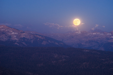 Full moon rising above mountains, Sequoia National Park, California, America, USA LANG_EVOIMAGES