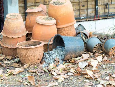 ollas de barro: ollas de barro antiguos y macetas de pl�stico Foto de archivo